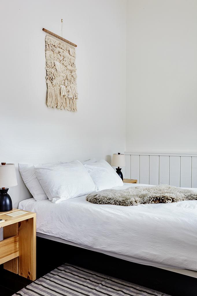 chalet noir chambre lit blanc tapis fourrure - blog déco - clem around the corner