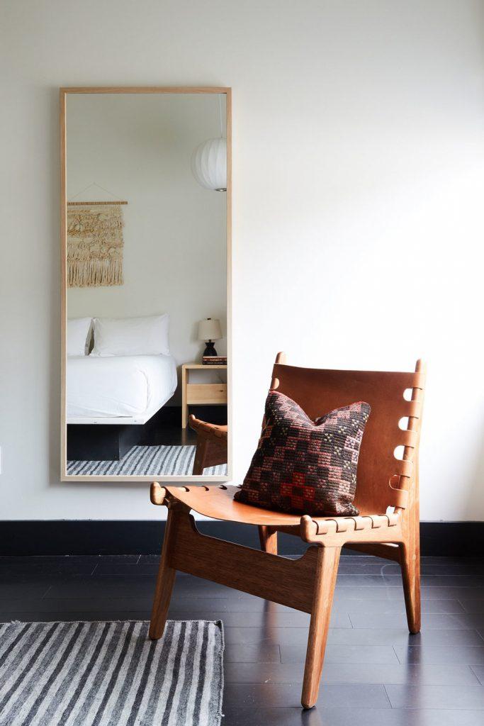 chalet noir chambre fauteuil cuir miroir sol gris - blog déco - clem around the corner