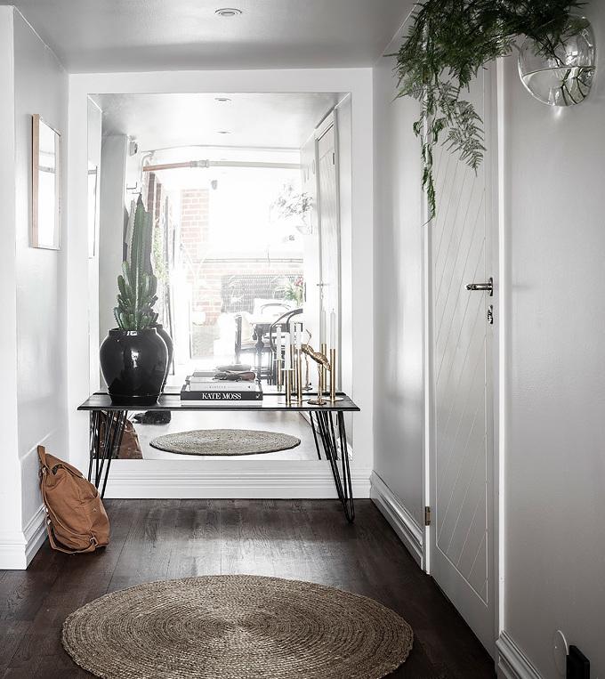loft suédois entrée blanche parquet bois tapis osier - blog déco - clem around the corner