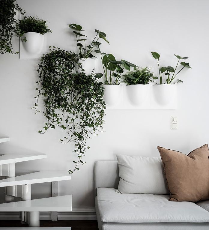 loft suédois séjour escalier blanc plantes vertes - blog déco - clem around the corner