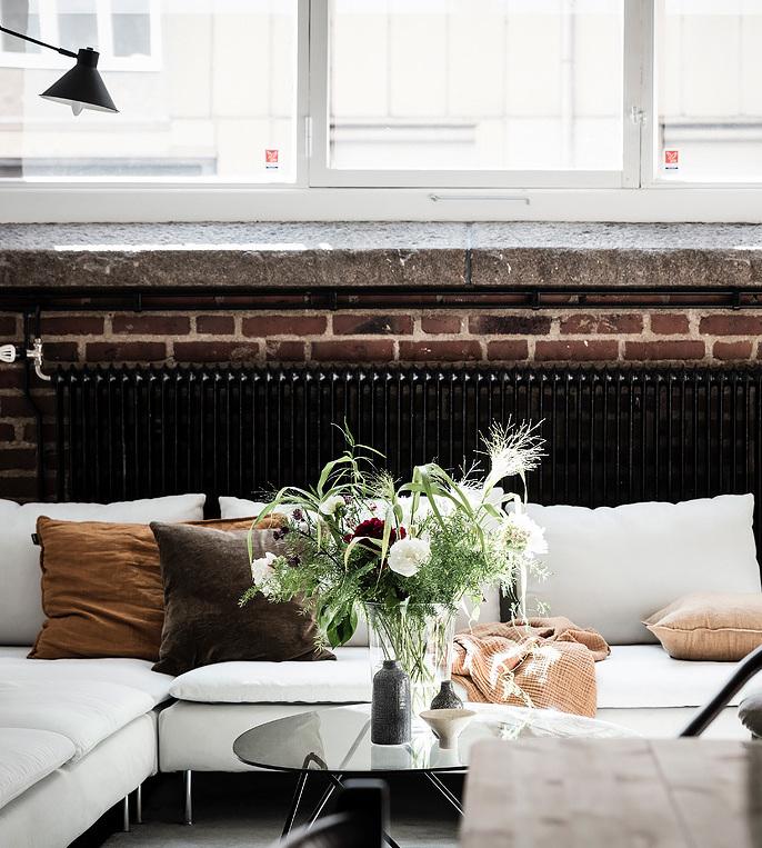 loft suédois salon canapé cosy scandinave fleurs - blog déco - clem around the corner
