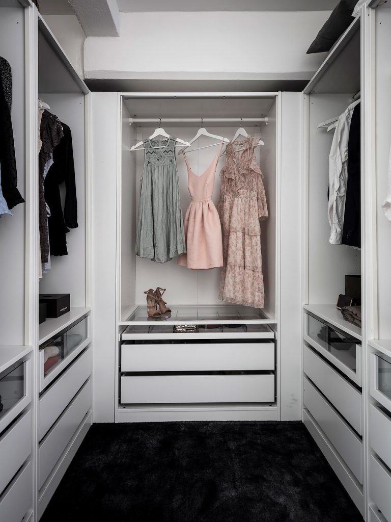 loft suédois dressing robes talons roses - blog déco - clem around the corner