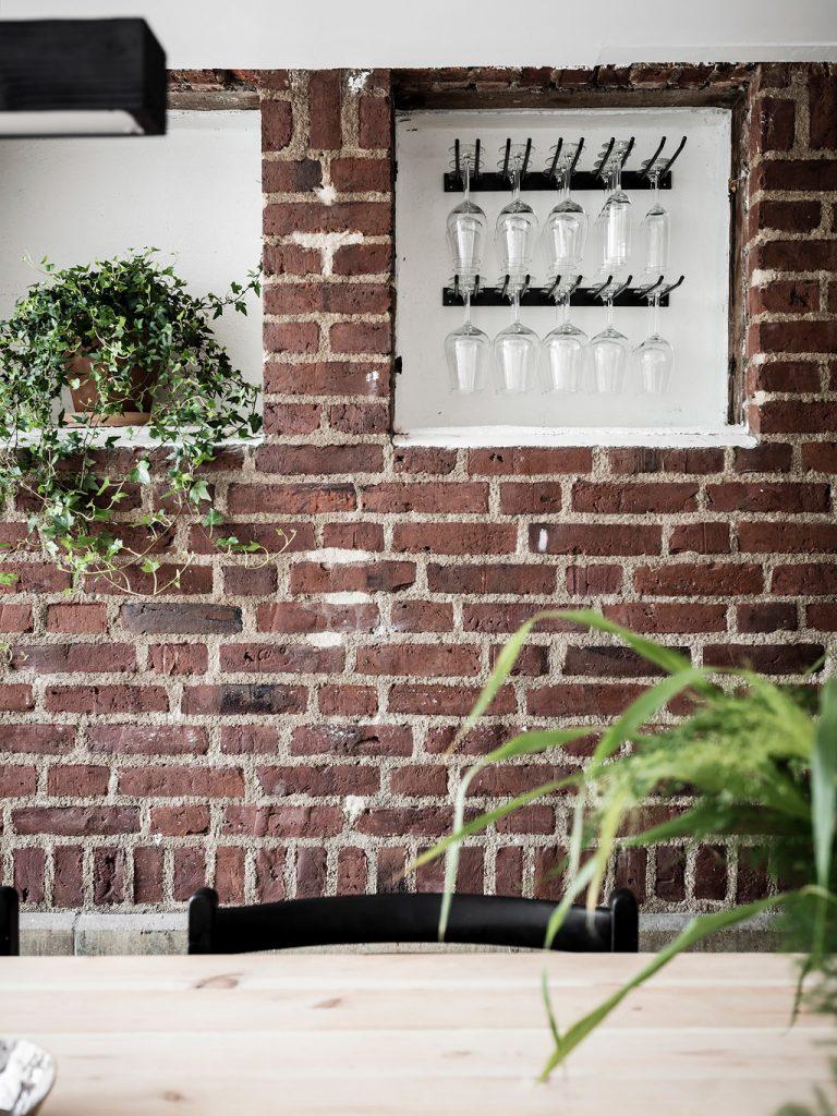loft suédois cuisine murs brique verres plantes - blog déco - clem around the corner