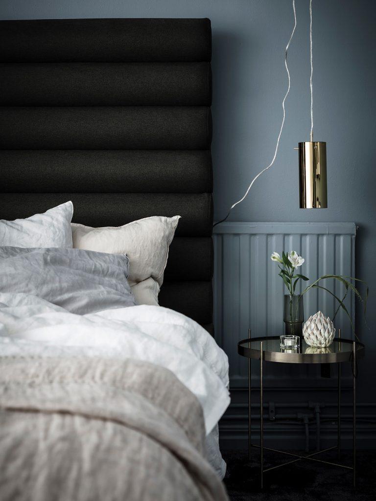 loft suédois chambre chic bleu lampe dorée - blog déco - clem around the corner