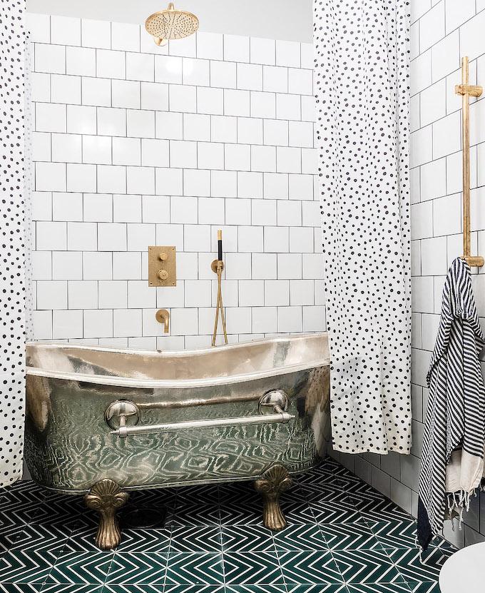 ambiance rustique baignoire laiton rideaux pois - blog déco - clem around the corner