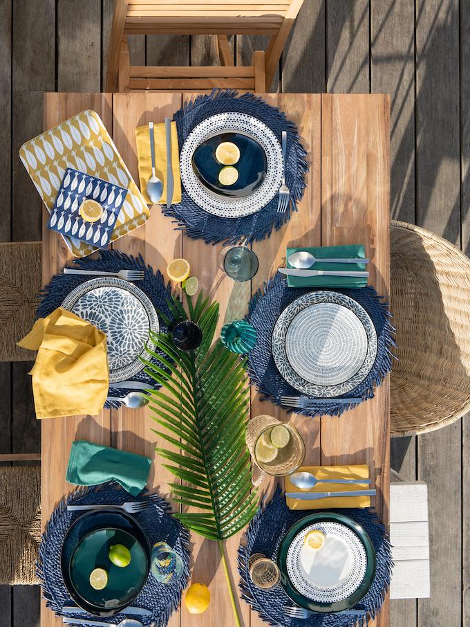 table déjeuner famille plage bohème deco bord de mer mariage jaune bleu marine - clemaroundthecorner