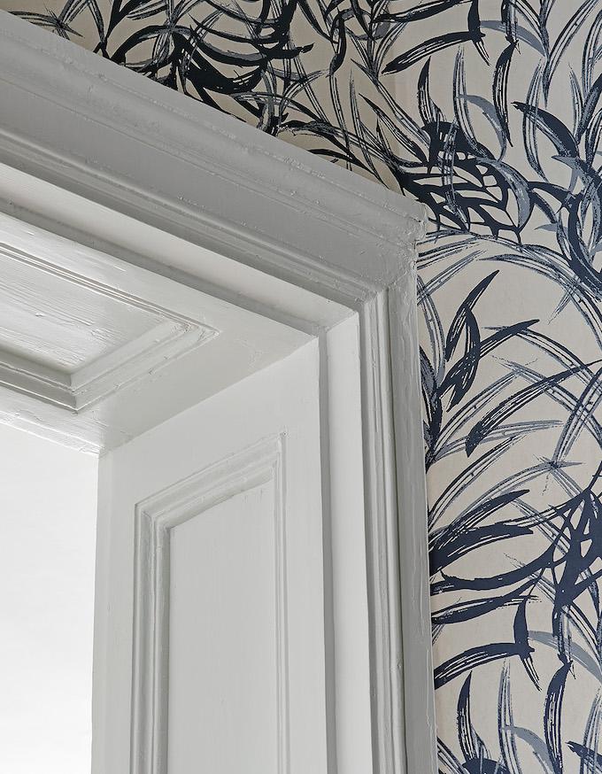 appartement suédois hall moulures tapisserie bleu - blog déco - clem around the corner