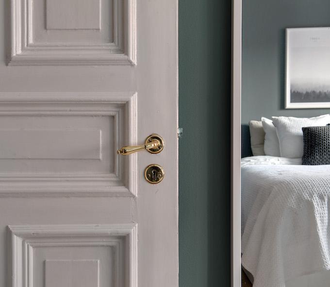 appartement suédois chambre porte blanche moulures - blog déco - clem around the corner