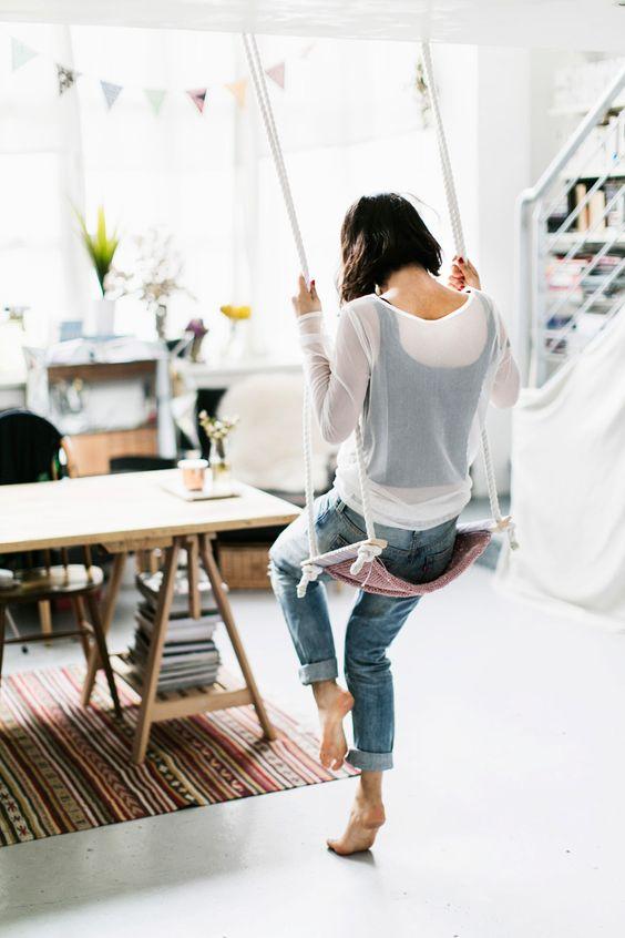 balançoire intérieure à fabriquer soi-même en laine tricot DIY - blog déco - Clem Around The Corner