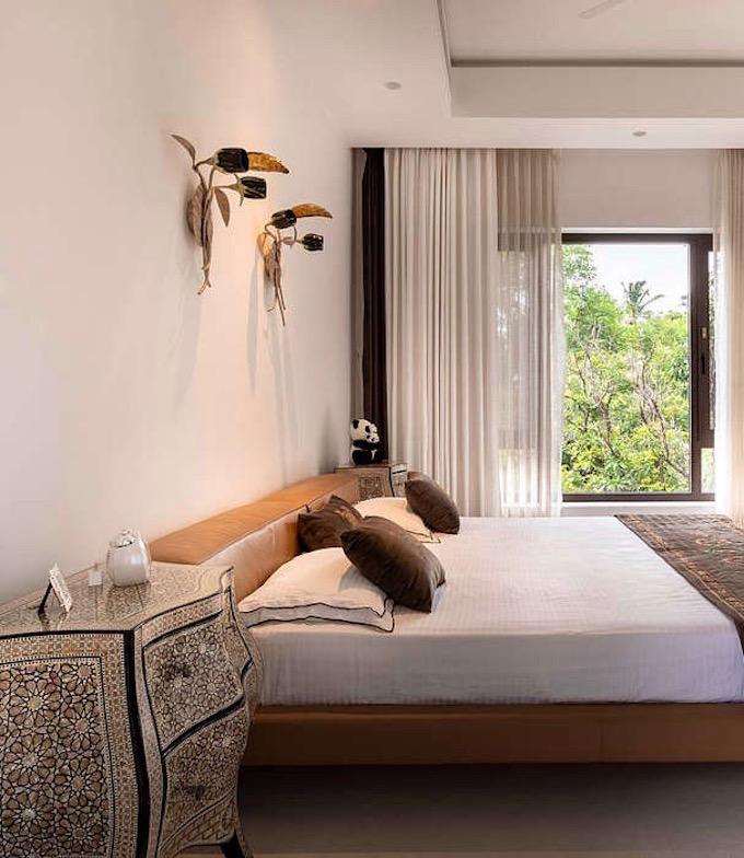 villa tropicale chambre lit en cuir jungle - blog déco - clem around the corner
