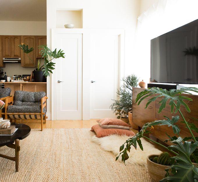 petit appartement minimaliste cuisine ouverte salon télévision portes blog déco clem around the corner
