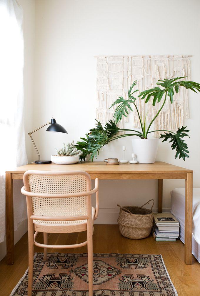 petit appartement minimaliste bureau bois plante boho chambre blog déco clem around the corner