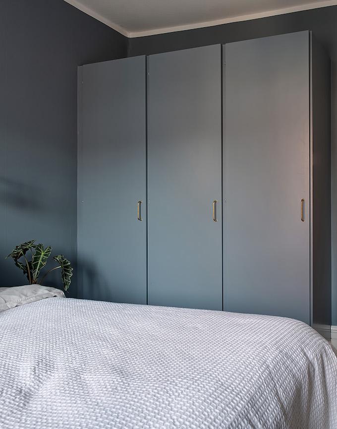 appartement suédois chambre bleu placard - blog déco - clem around the corner