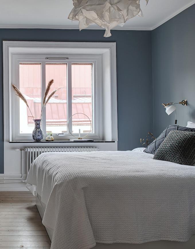 appartement suédois chambre lit bleu blanc - blog déco - clem around the corner