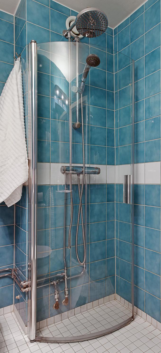appartement suédois douche carrelage bleu blanc - blog déco - clem around the corner