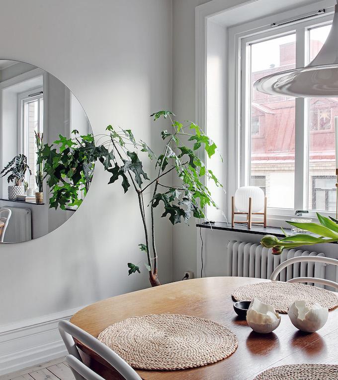 appartement suédois séjour miroir rond - blog déco - clem around the corner
