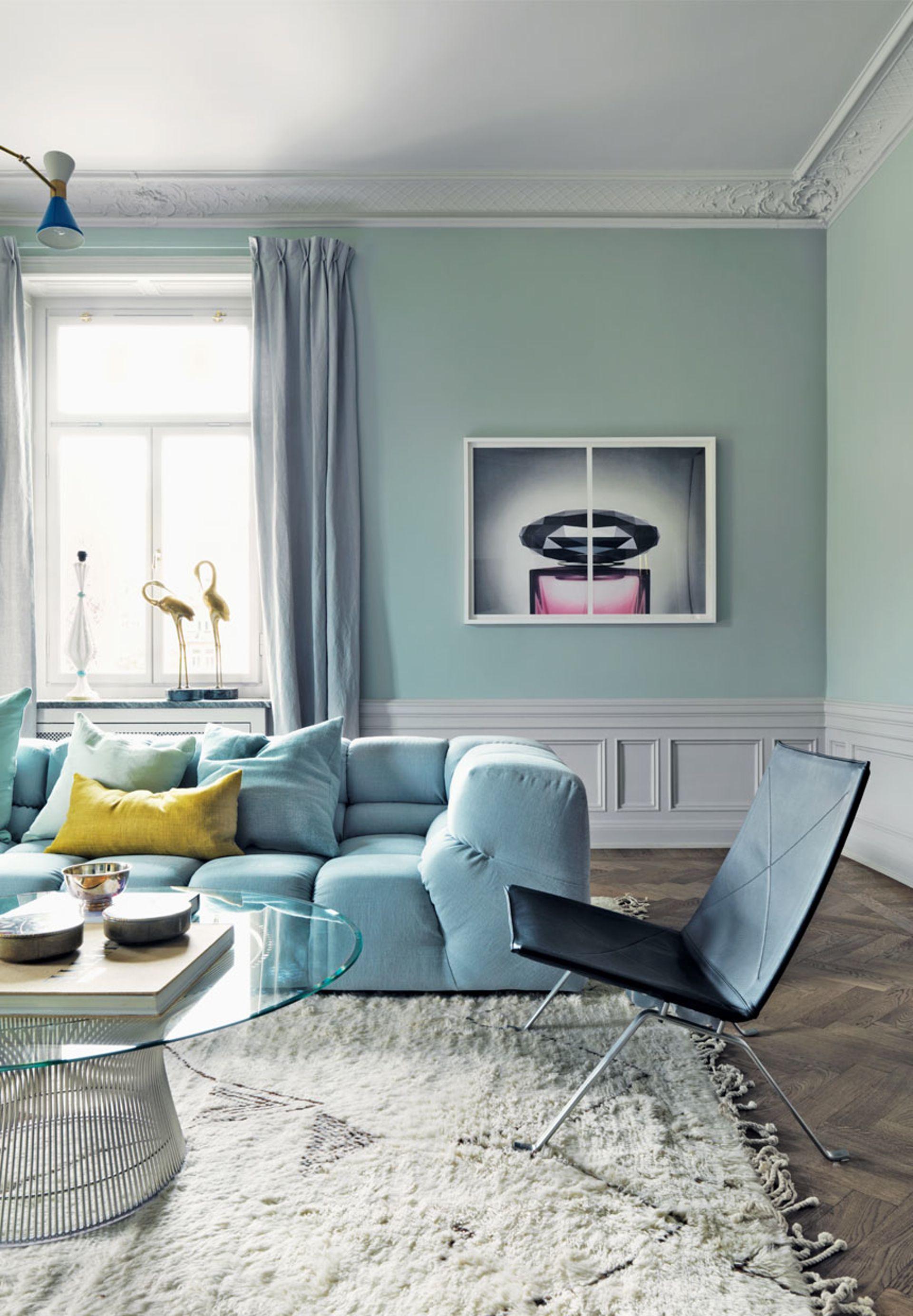 décoration vert céladon salon moulures canapé coussin bleu ciel - blog déco - clem around the corner