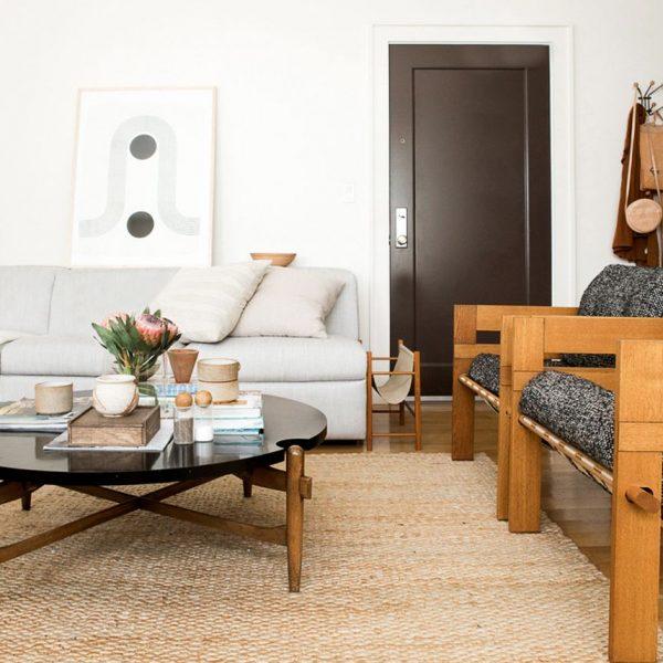 petit appartement minimaliste salon ouvert entrée sièges canapé design blog déco clem around the corner