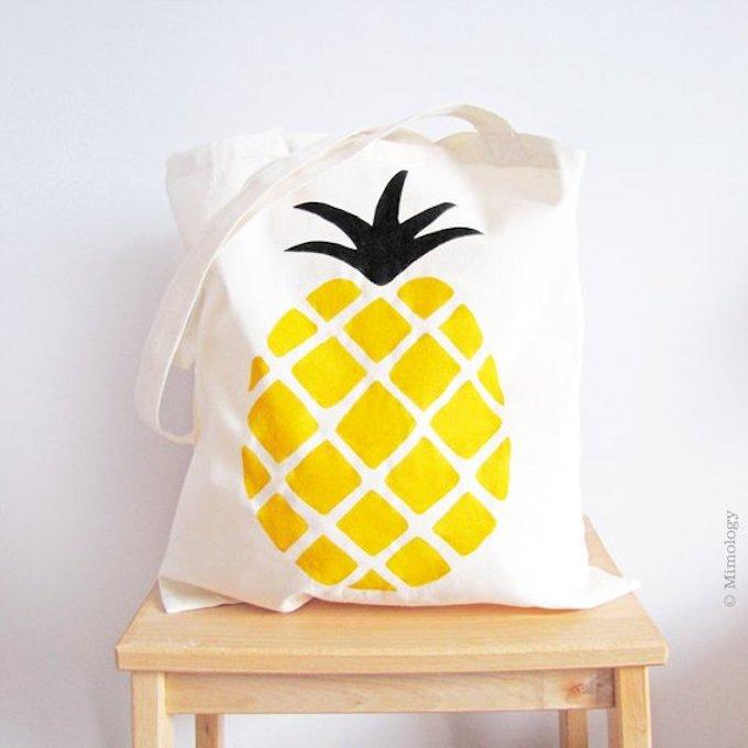 zéro déchet tote bag sac tissu ananas tabouret carré bois mur blanc - blog déco - clem around the corner