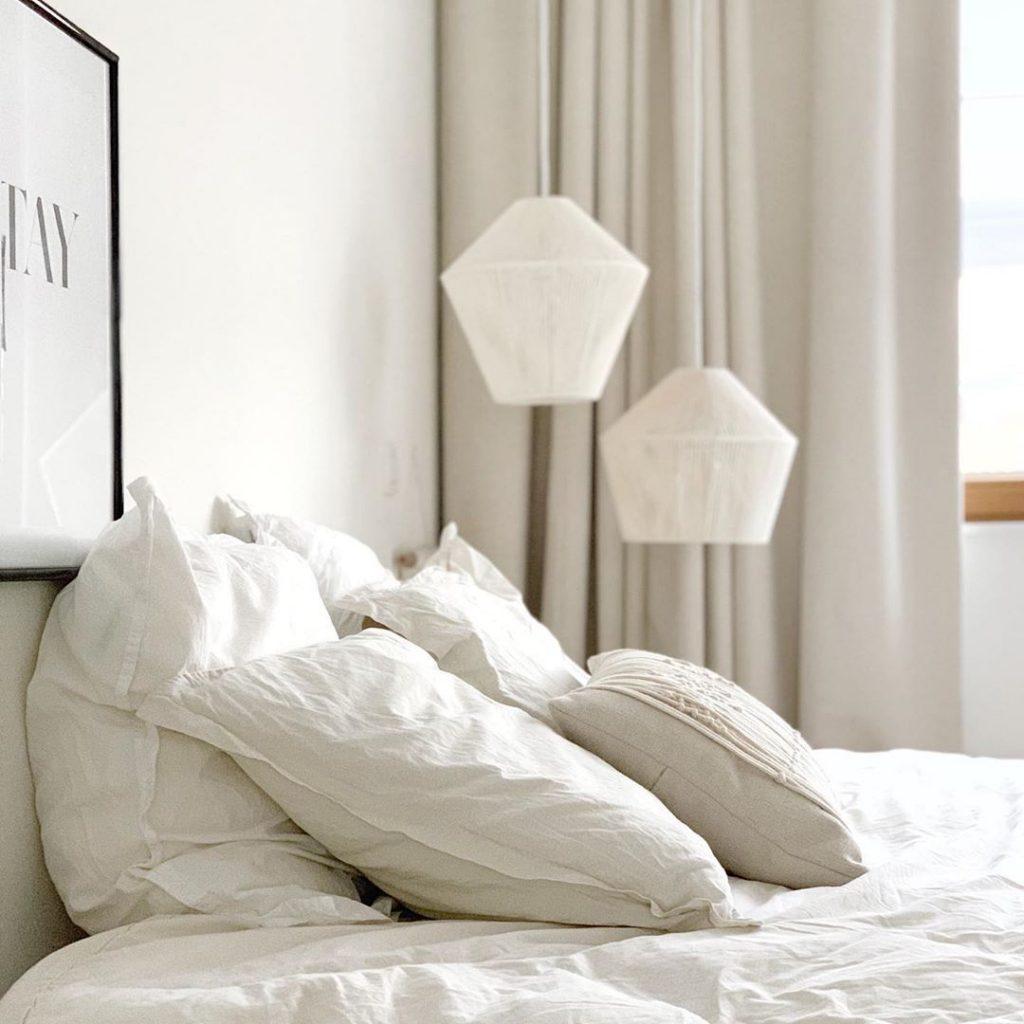 pierre papier ciseaux intérieur minimaliste lit chambre coussins blanc duo luminaire - blog déco - clem around the corner