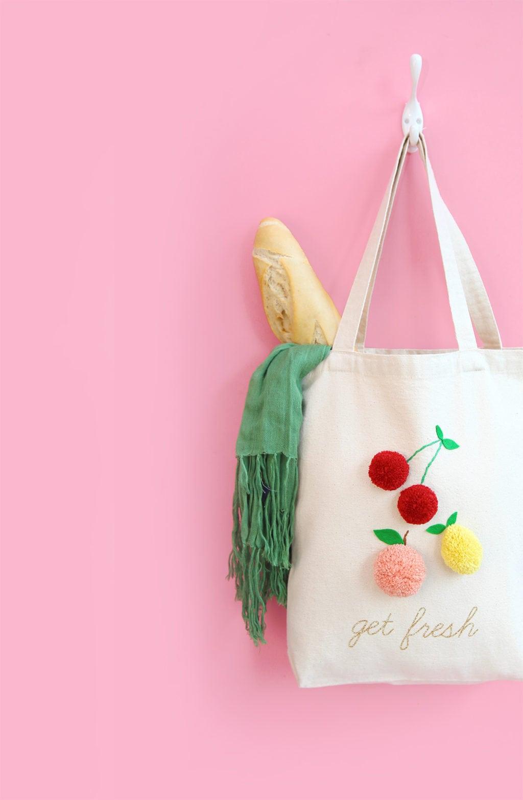 zéro déchet sac tissu diy blanc pompon rouge rose jaune cerise écharpe verte - blog déco - clem around the corner