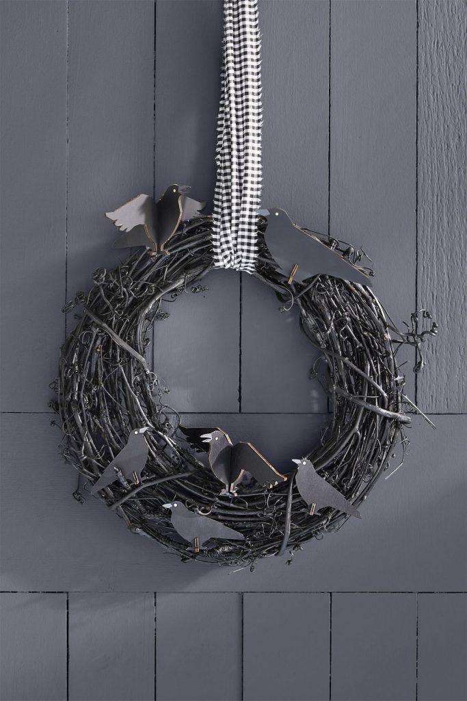 couronne de porte noire effrayente pour nuit 31 octobre fête des morts brindille et corbeau à faire soi-même