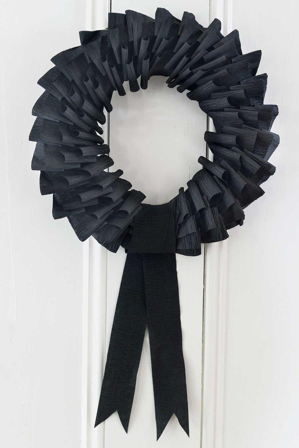 déco diy halloween facile couronne porte noire papier crépon - blog déco - clem around the corner