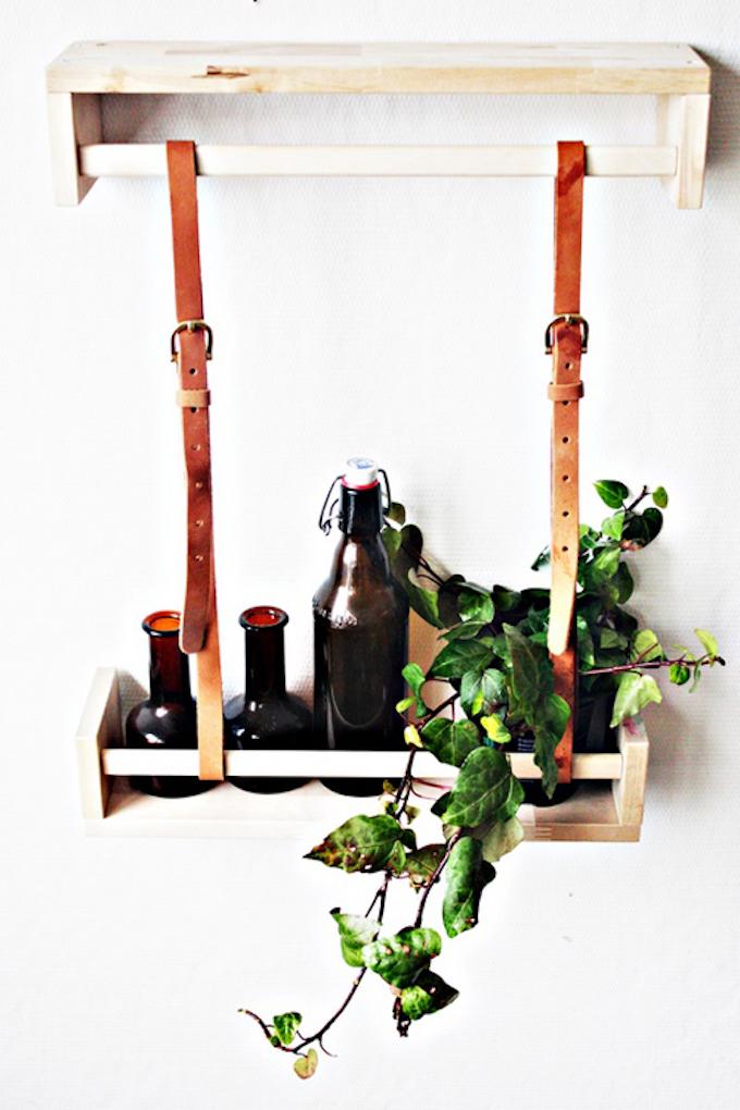 étagère Ikea bekvam hack bois salon cuisine bouteille ceinture marron cuir plante verte