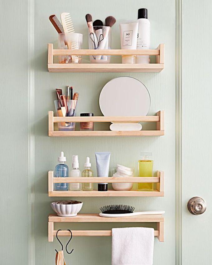 étagère Ikea bois salle de bain produit bien être mur vert pastel - blog déco - clem around the corner