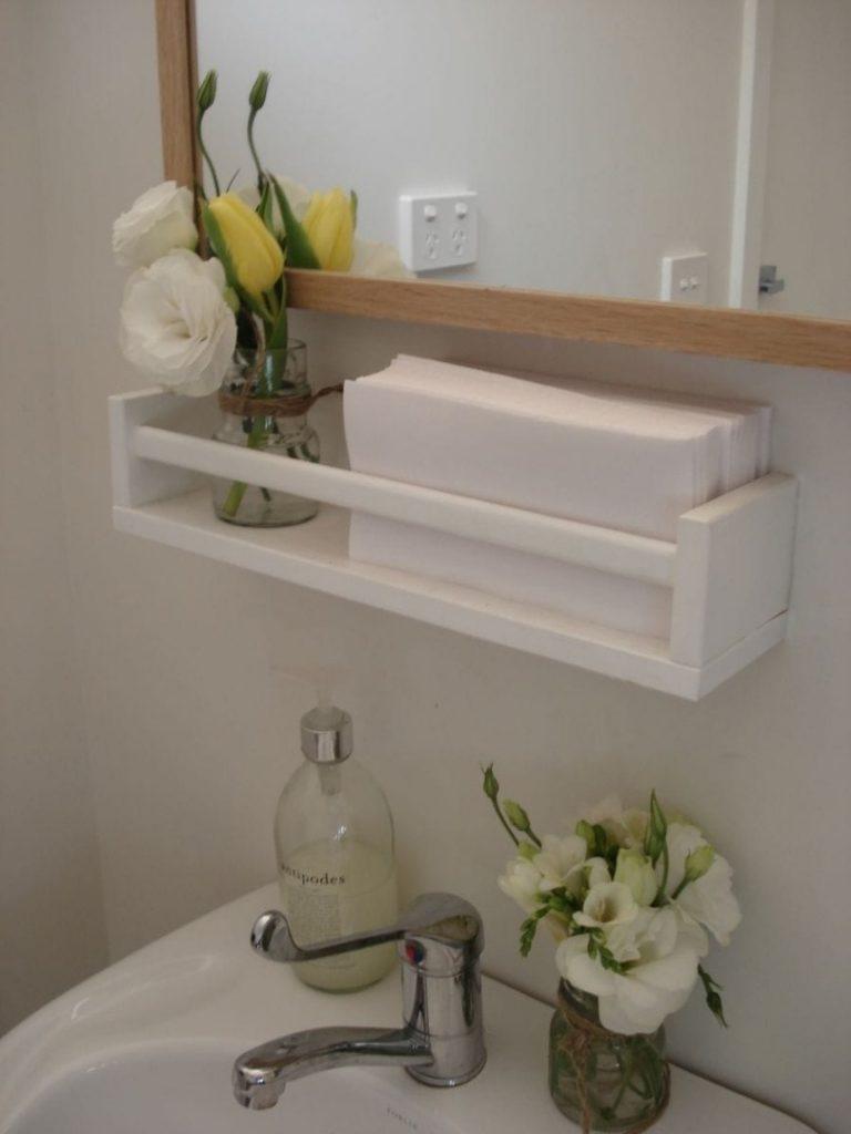 étagère Ikea bois salle de bain pot de fleur blanche - blog déco - clem around the corner