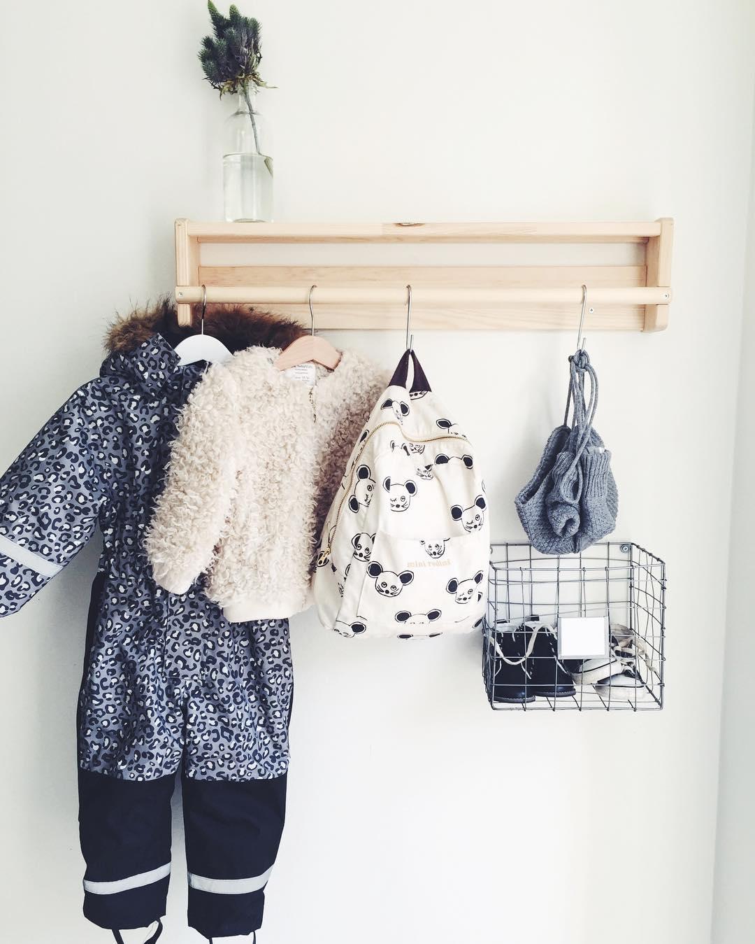 étagère Ikea bois retourné chambre enfant bleu blanc fourrure plume blanche - blog déco - clem around the corner