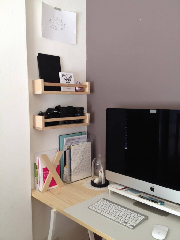 étagère Ikea bois bureau chambre ordinateur appareil photo mur blanc violet - blog déco - clem around the corner