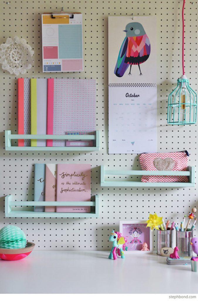 étagère Ikea bois bureau chambre enfant bleu trousse cahier pot crayon conserve - blog déco - clem around the corner