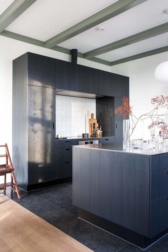 cuisine ouverte sur salon noir îlot central - blog déco - clem around the corner