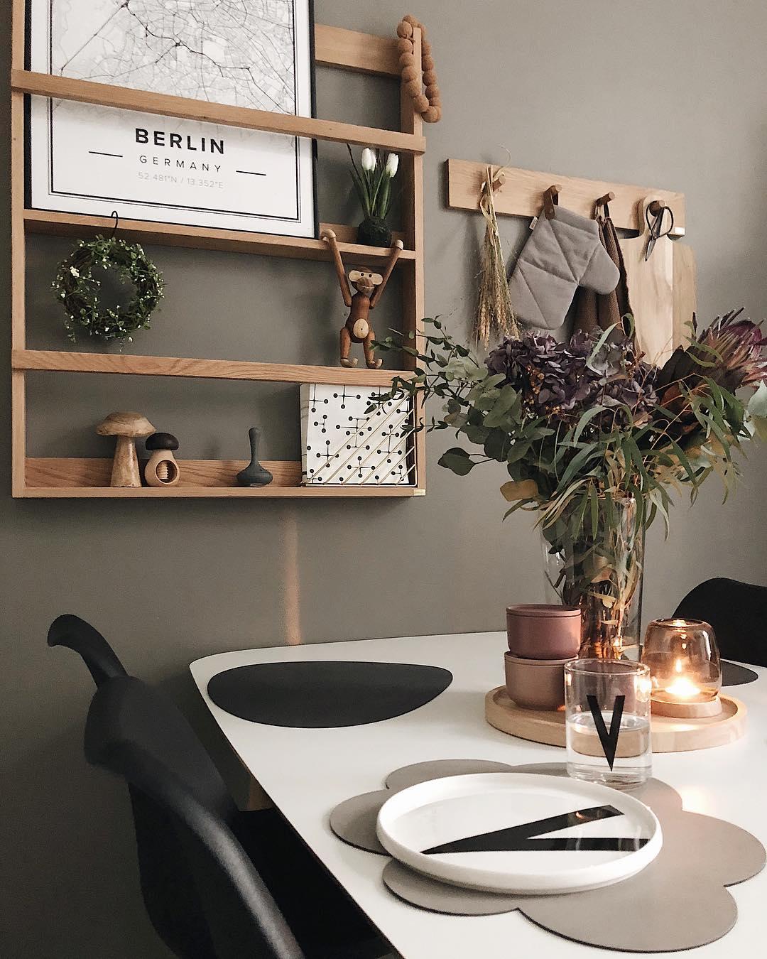couleur pastel salle à manger étagère bois mur gris taupe chaise noire - blog déco - clem around the corner