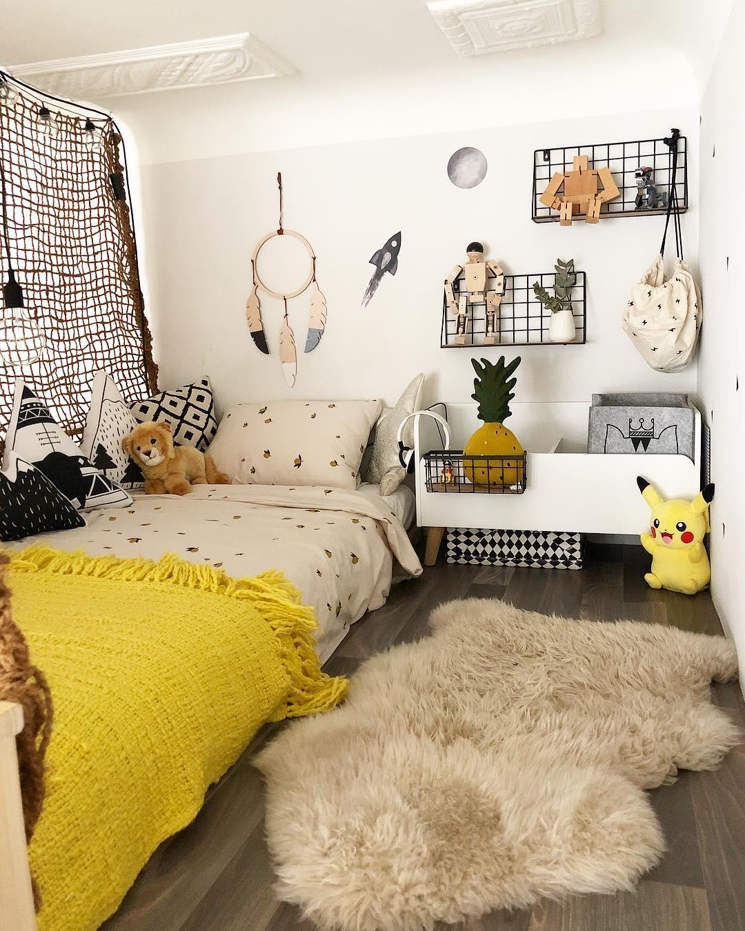 couleur pastel intérieur mezzanine bois tapis fourrure étagère jouet blanc filet marron - blog déco - clem around the corner