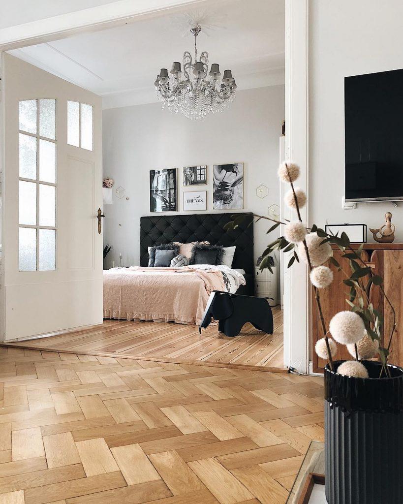 déco scandinave bucolique couleur pastel entrée grande porte blanche salon chambre vase noir plante télévision meuble bois