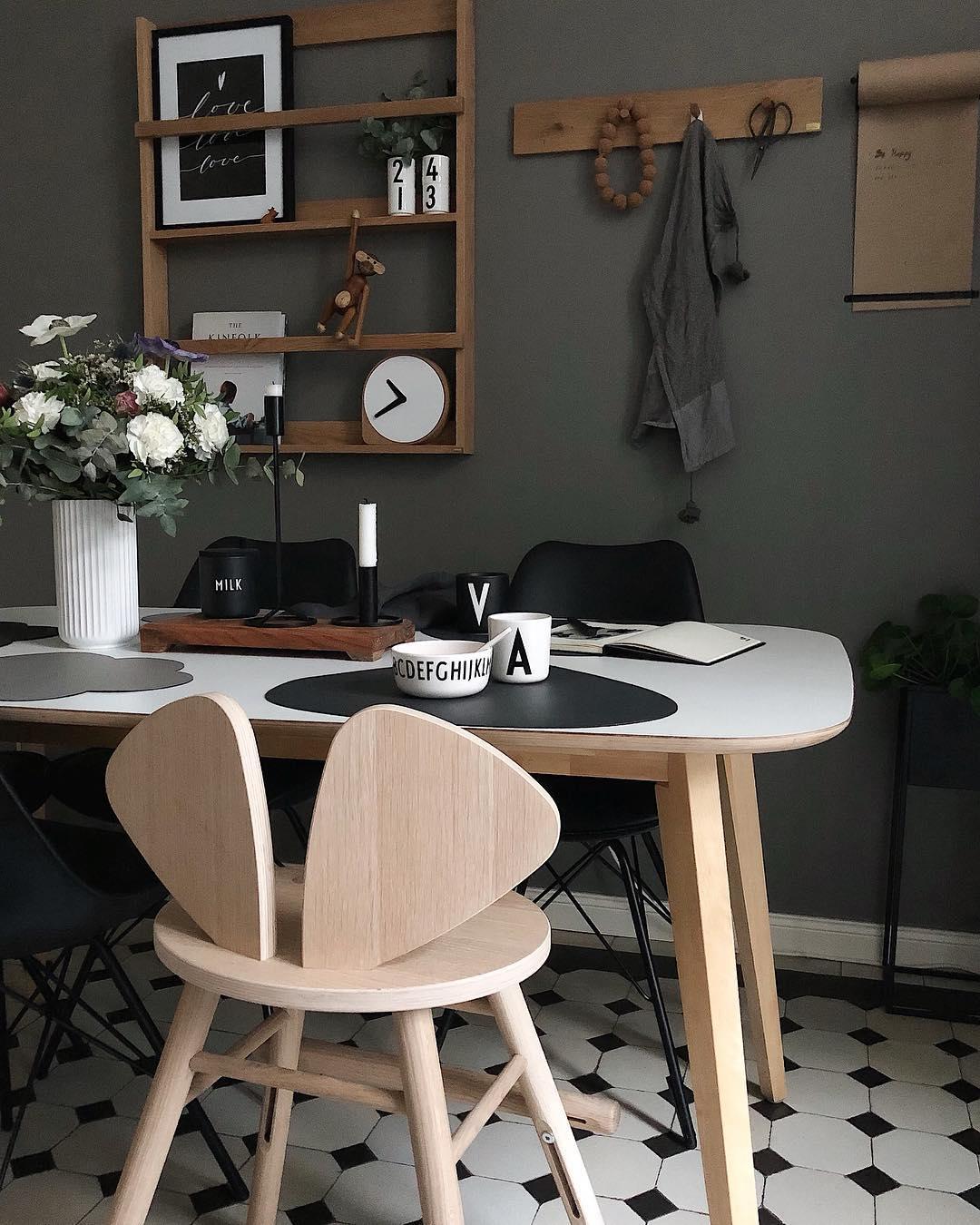 couleur pastel cuisine sombre carrelage noir et blanc table à manger bois étagère - blog déco - clem around the corner