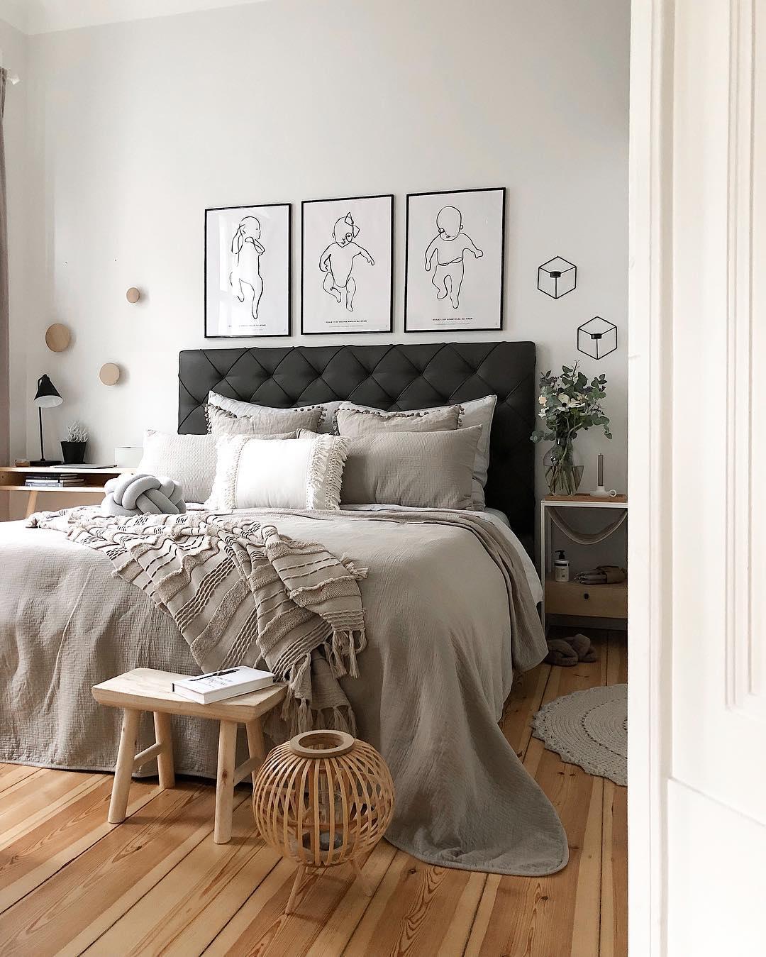 couleur pastel chambre parent gris tapis rond parquet bois plaid coussin blanc lit noir matelassé - blog déco - clem around the corner