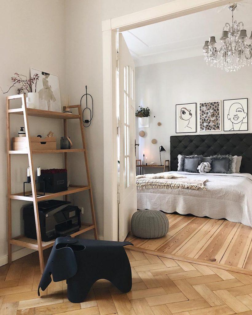 couleur pastel chambre parent couloir étagère bois grand lustre jouet éléphant noir - blog déco - clem around the corner