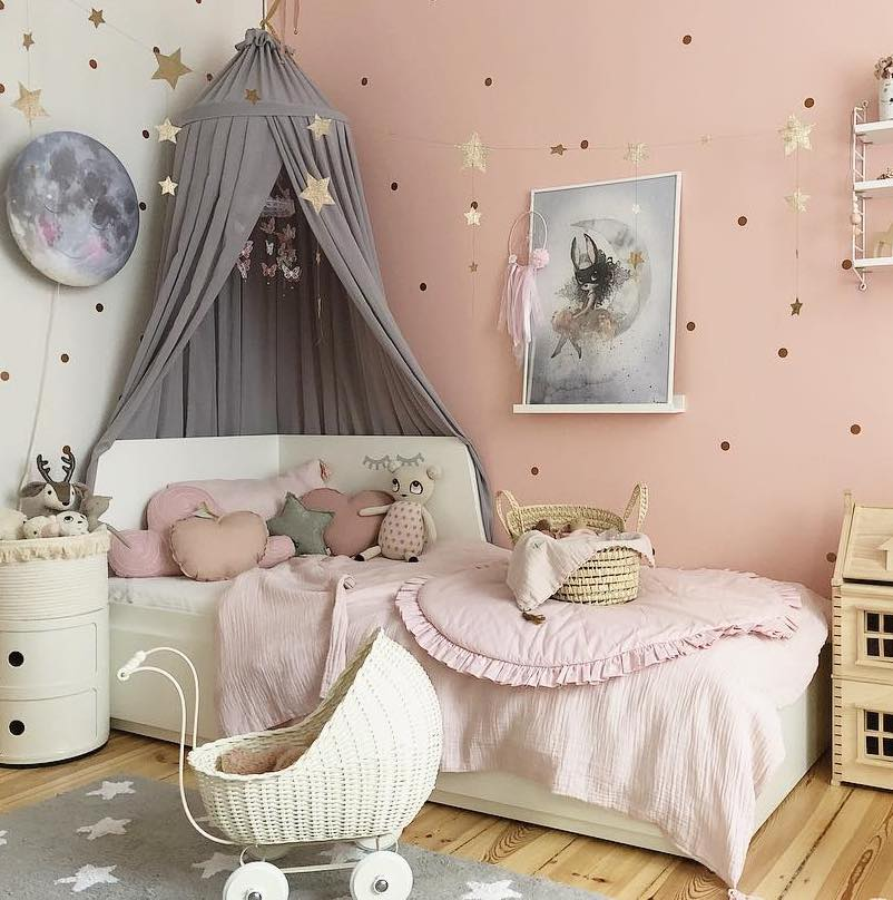 couleur pastel chambre mur blanc rose maison bois berceau panier osier paillette