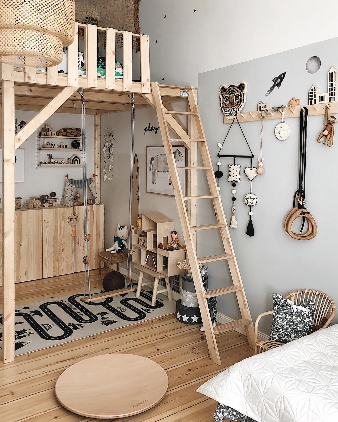 couleur pastel chambre mezzanine bois tapis jeu lit parquet balançoire meuble - blog déco - clem around the corner