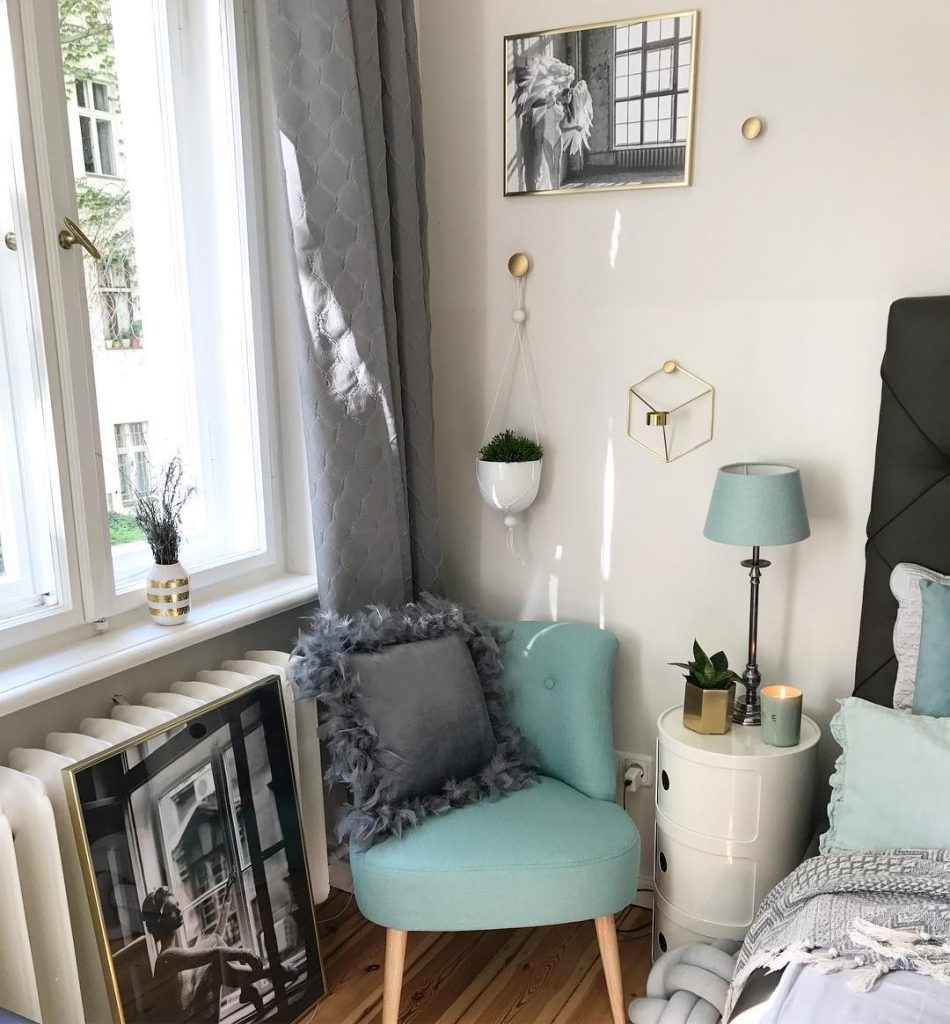 couleur pastel chambre coin détente fauteuil bleu coussin gris rideau suspension vase - blog déco - clem around the corner