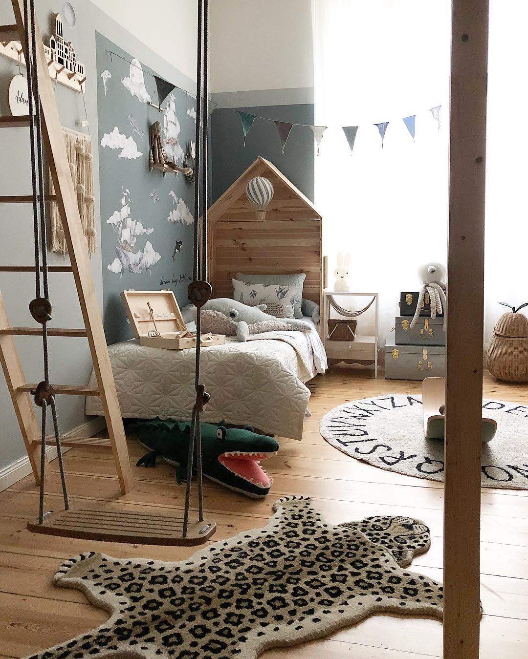 couleur pastel chambre bleu aventurier tapis guépard balançoire intérieure échelle bois - blog déco scandinave bucolique - clem around the corner