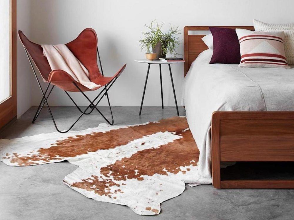 fauteuil butterfly fauteuil cuir chambre tapis peau de vache marron blanc - blog déco - clem around the corner