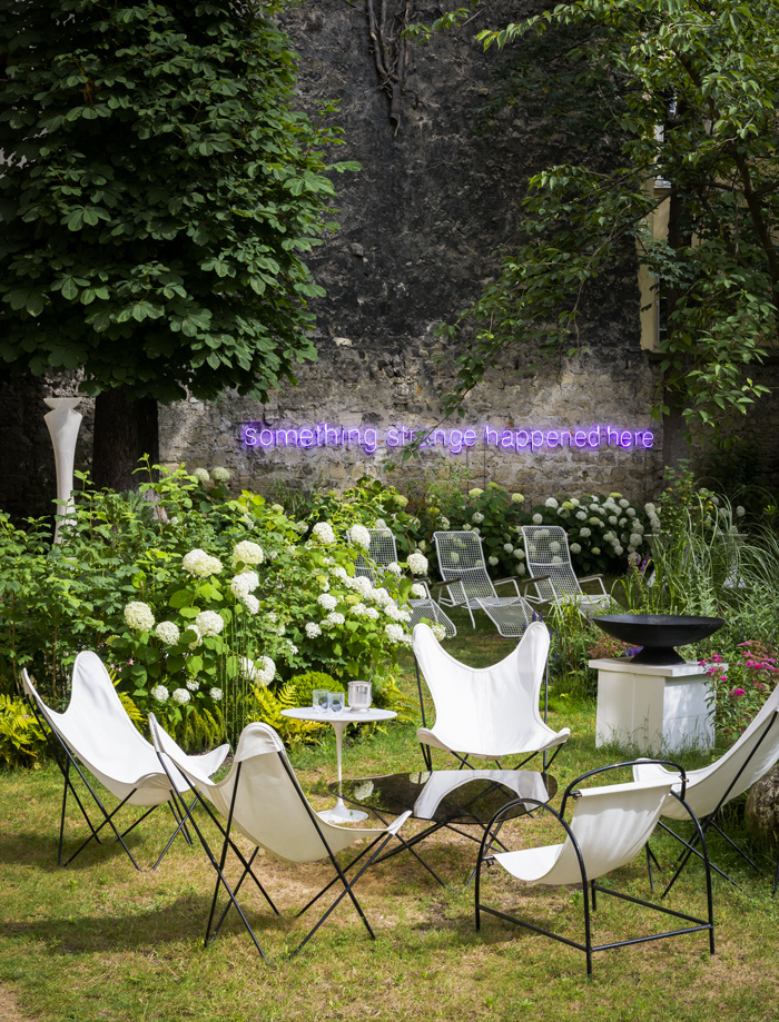 fauteuil butterfly fauteuil tissu blanc jardin fleuri été néon violet - blog déco - clem around the corner