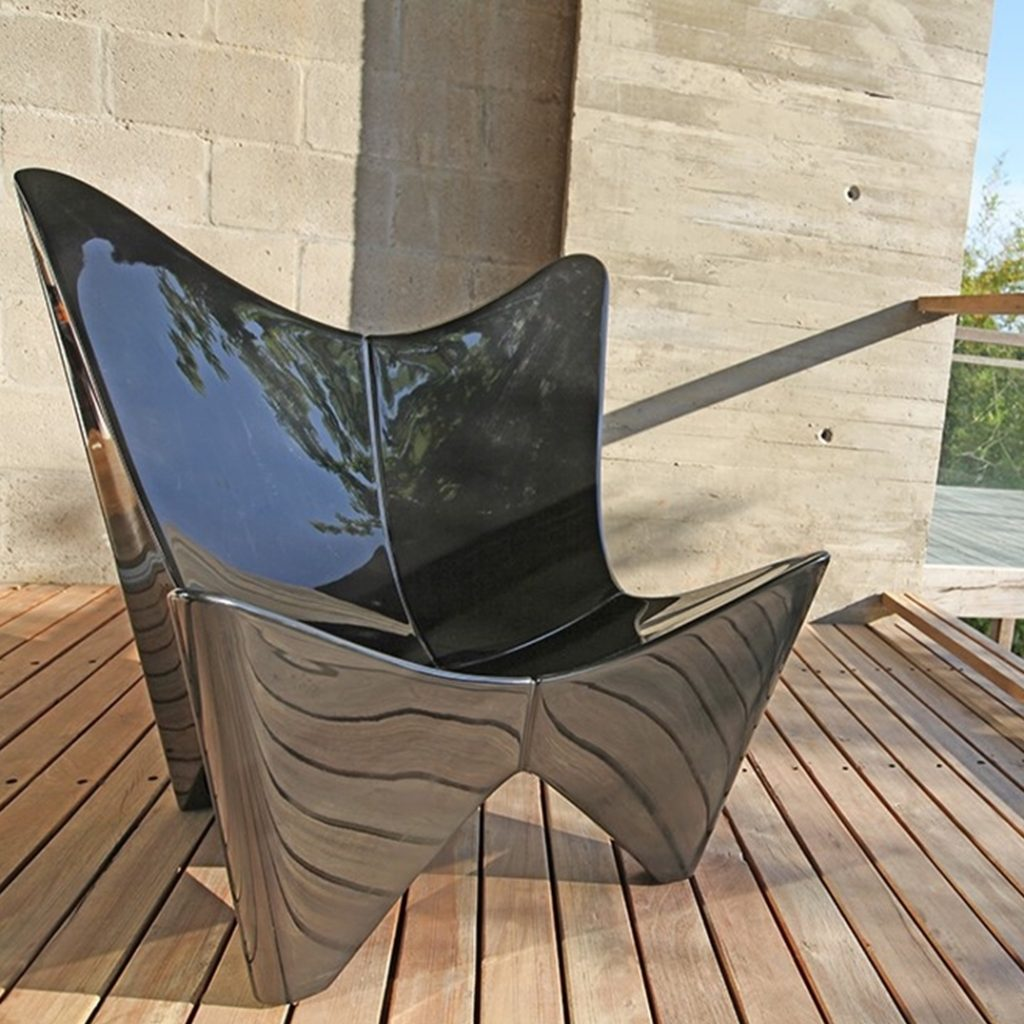 chaise papillon noir reflet terrasse bois été terrasse teck
