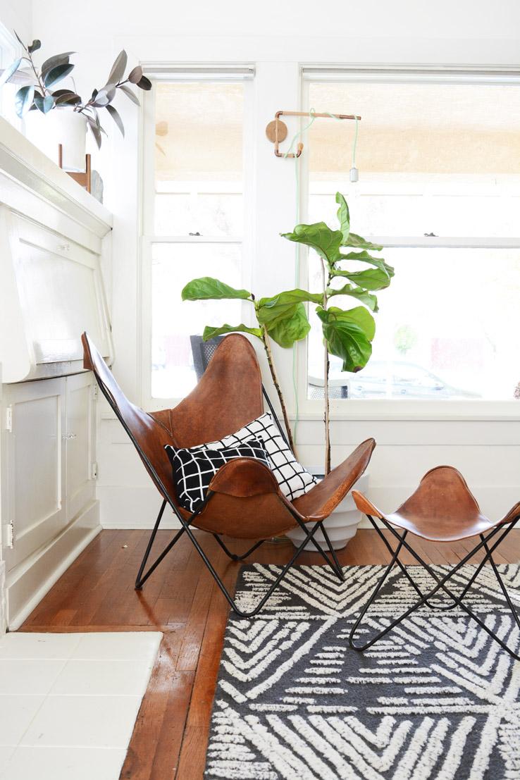 fauteuil butterfly fauteuil cuir marron coussin noir et blanc plante verte - blog déco - clem around the corner