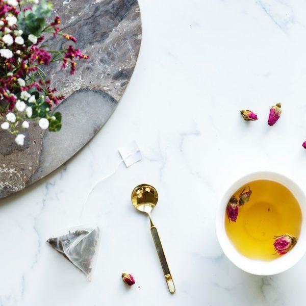 Mariage Frères the sachet vert table marbre blanc bouquet fleurs roses - blog déco - clem around the corner