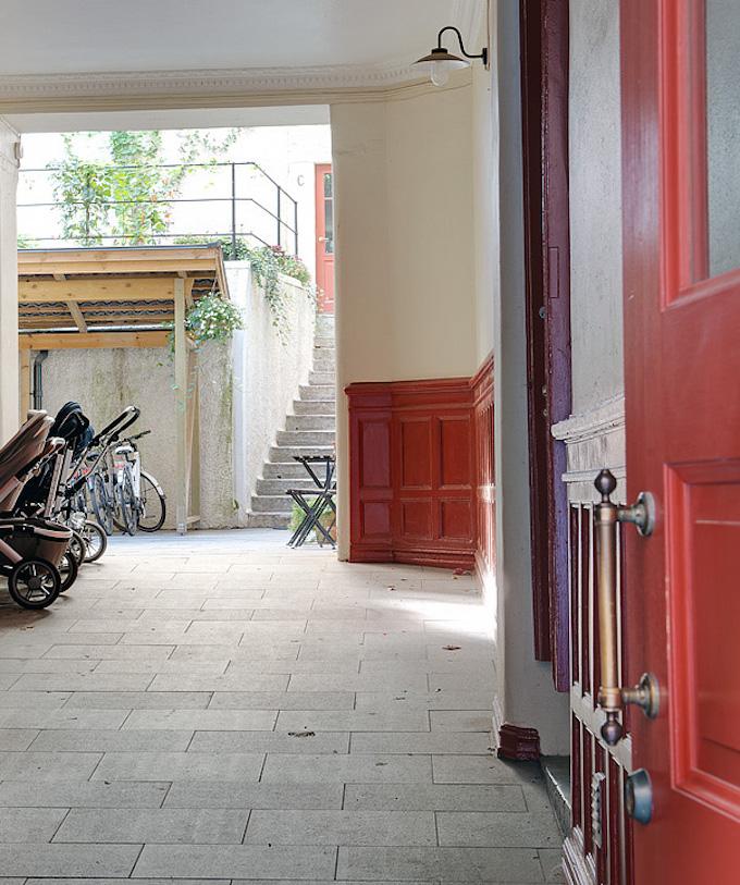 idée déco studio cour intérieur mur moulé bicolore rouge blanc escalier pierre - blog déco - clem around the corner